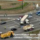 Фура сложилась вдвое: в Киеве из-за аварии образовались огромные пробки (видео)