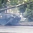 Танк врезался в дерево и снес фонарный столб в Минске (видео)