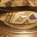 В Украине упали курсы доллара и евро