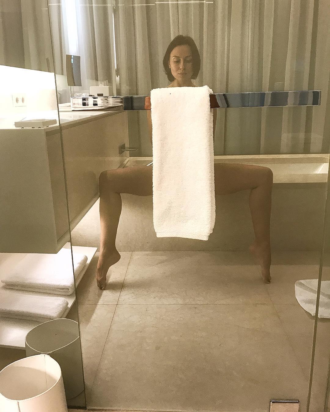 Экс-солистка «NIKITA» прикрыла свои прелести белоснежным полотенцем