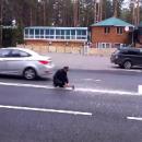 В России мужчина топором порубил двойную сплошную (видео)
