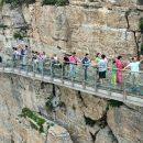 Китайский стеклянный мост начал трескаться под ногами напуганных туристов