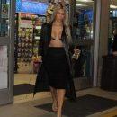 Ким Кардашьян похвасталась роскошной грудью в местном магазине