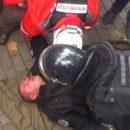 Опубликовано видео избиения полицейского под Радой 17 октября