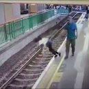 В Гонконге мужчина без причины столкнул незнакомку на рельсы в метро