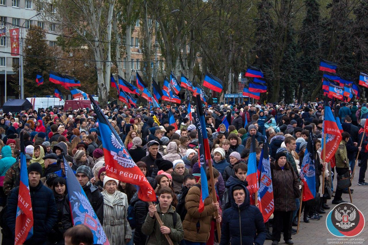С «праздником» на лицах: соцсети повеселило шествие в честь «флага ДНР»