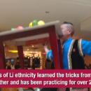 Невероятно: 48-летний китаец устроил танцы со столом в зубах