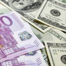 Евро упал до минимума с июля, доллар продолжает дорожать