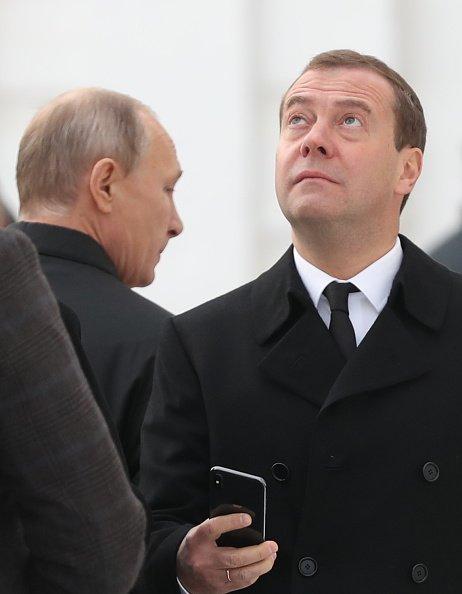 А как же скрепы? Медведев похвастался новеньким iPhone X