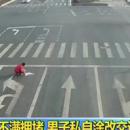 Китаец дорисовал разметку на дороге, чтобы не стоять в пробке
