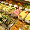 Приключения херсонца в супермаркете: мужчина съел салат в туалете, чтобы не расплачиваться за него