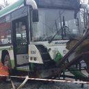 Автобус въехал в остановку в Москве: первые кадры