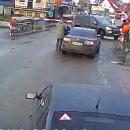 Под Киевом железнодорожник в последнюю секунду спас водителя от столкновения (видео)