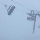 Натерпелись страха: Туристы оказались заблокированы на подъемнике в шторм