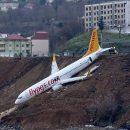 Чудом выжившие: кадры эвакуации пассажиров из самолета, зависшего над обрывом в Турции (видео)