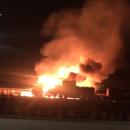 В Канаде мощный пожар заполыхал при столкновении поезда и спиртовоза (видео)