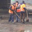 Все как обычно: столичные коммунальщики асфальтируют лужи (видео)