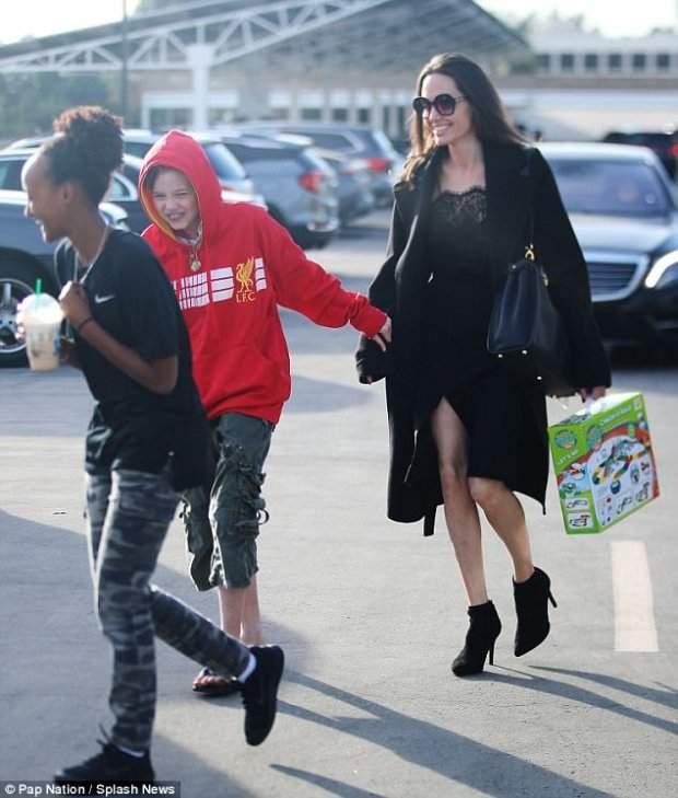 42-летняя Анджелина Джоли «засветила» откровенный наряд