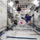 Астронавты сыграли в космический бадминтон в невесомости