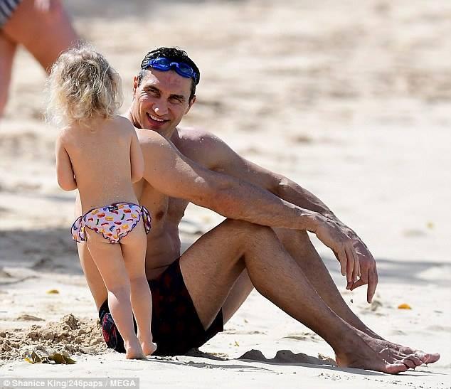 Владимир Кличко вместе с Хайден Панеттьери и трехлетней дочерью отдыхают на Барбадосе