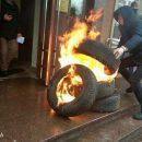 Под Шевченковским райсудом Киева палят шины