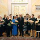 Сеть насмешило фото Путина в обществе низкорослых женщин