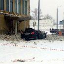 В России крыша авиазавода упала на джип директора
