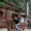 Парень своими руками превратил пещеру в уютный дом (фото)