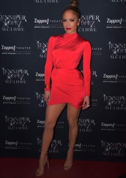 Дженнифер Лопес похвасталась красивыми ногами в ярком мини