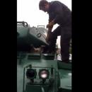 Сеть рассмешил енот, застрявший в танке