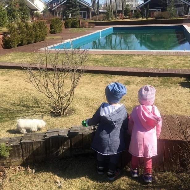 Елена Кравец поделилась новой фотографией своих двойняшек