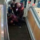 Фотофакт: В харьковском метро у мужчины зажевало одежду в эскалатор