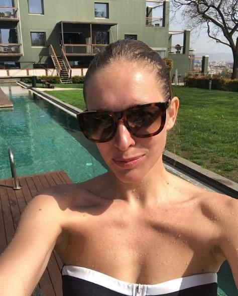 Мокрая Катя Осадчая сделала селфи в купальнике