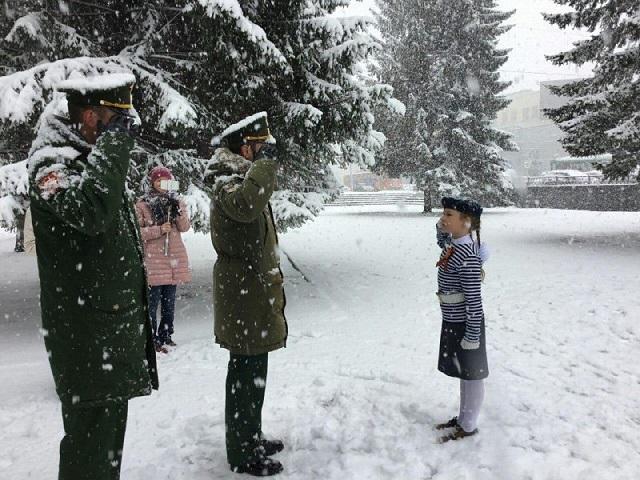 Победу никто не отменял: в России курсанток в юбках выгнали на снег репетировать парад к 9 мая