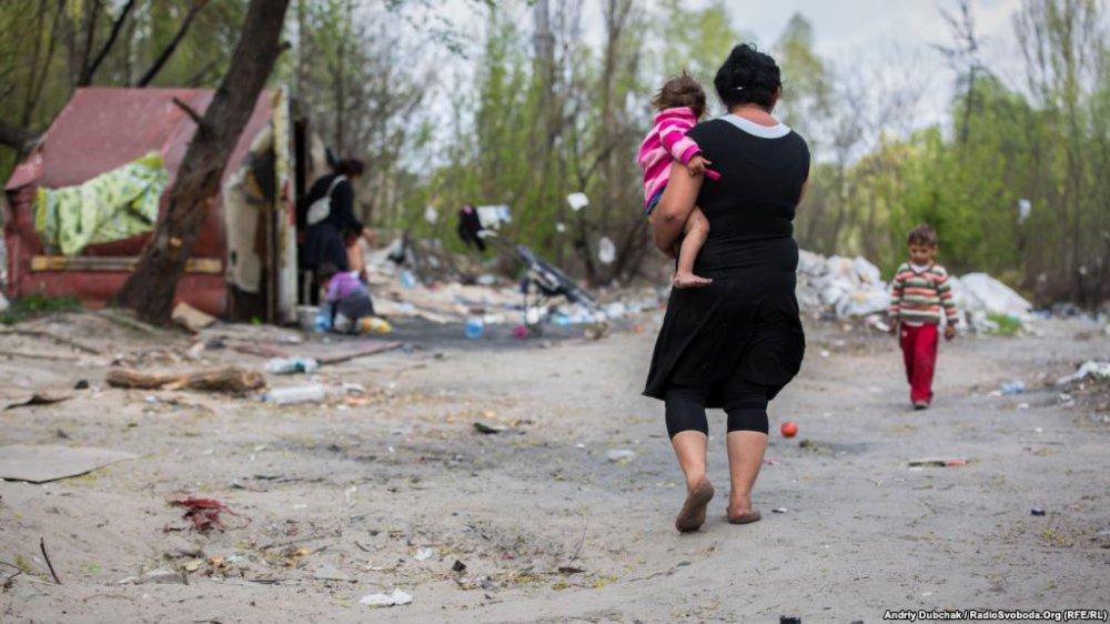 Жуткие кадры: показали жизнь лагеря ромов в украинской столице (фото)