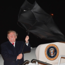 Трамп угодил в забавную ситуацию с зонтом