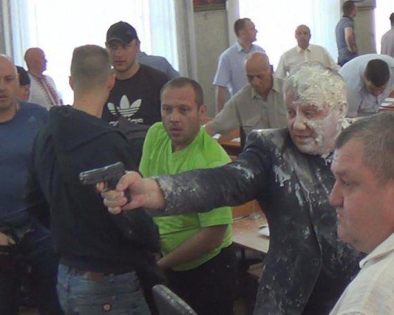 Депутат выстрелил в активистов на сессии горсовета (фото)