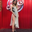 Надя Дорофеева показала длинные ноги в коротких шортах