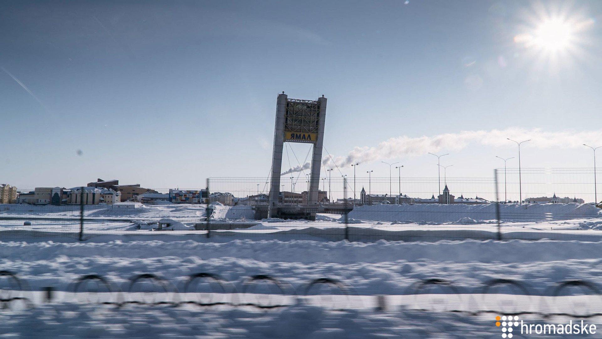 Нет ни дороги, ни моста: Украинские журналисты показали фото из города в России, где держат Сенцова