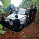 В Нигерии парень похоронил отца в новеньком BMW за £66 000