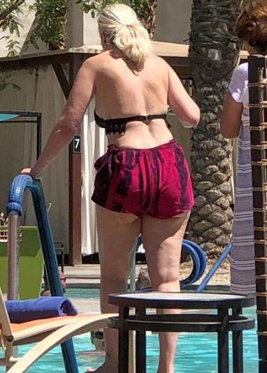 Без фотошопа не узнать: Тори Спеллинг ужаснула своим телом