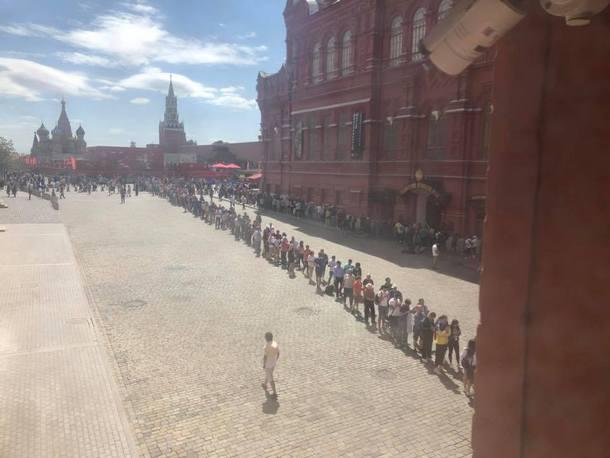 Не успевают менять: громадная очередь к Ленину в РФ насмешила украинцев
