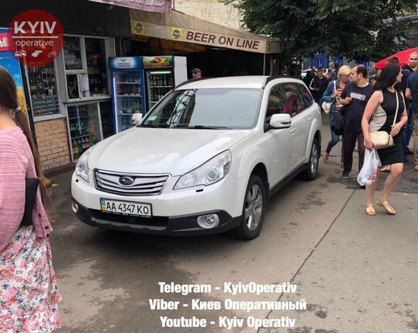 Стал прямо у выхода из метро: В сети показали фото сверхнаглого «героя парковки» в Киеве