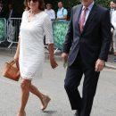 Сміливий вибір: 63-річна Керол Міддлтон з'явилася на публіці в білій міні-сукні