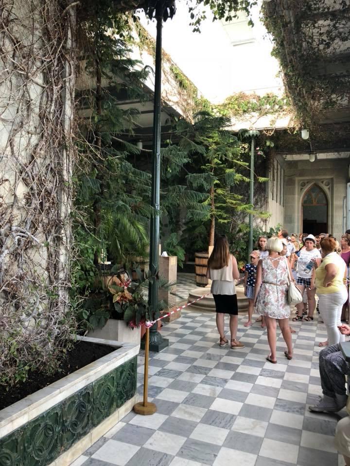 Похож на заброшенную дачу: появились печальные фото известного дворца в Крыму