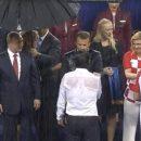 «Ботокс начинает шипеть»: В раздевалке сборной Франции Путина тоже прикрыли зонтиком
