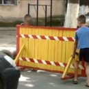 В Одессе мальчики перекрыли двор своего дома и брали плату за проезд
