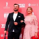Елена Кравец вышла на красную дорожку вместе с мужем