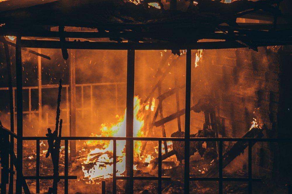 В Киеве горела баржа: задержали пьяных подростков (фото)