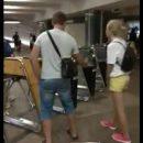 Киевлянин пропускал людей в метро с помощью своего проездного (видео)